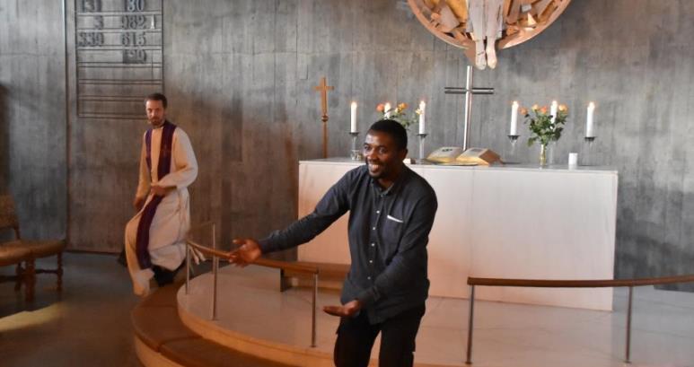 Det svingte i Snarøya kirke da gatebarnlederen Mengistu Burano ledet an i en etiopisk fellessang. Sogneprest Thomas Wagle lot seg rive med.
